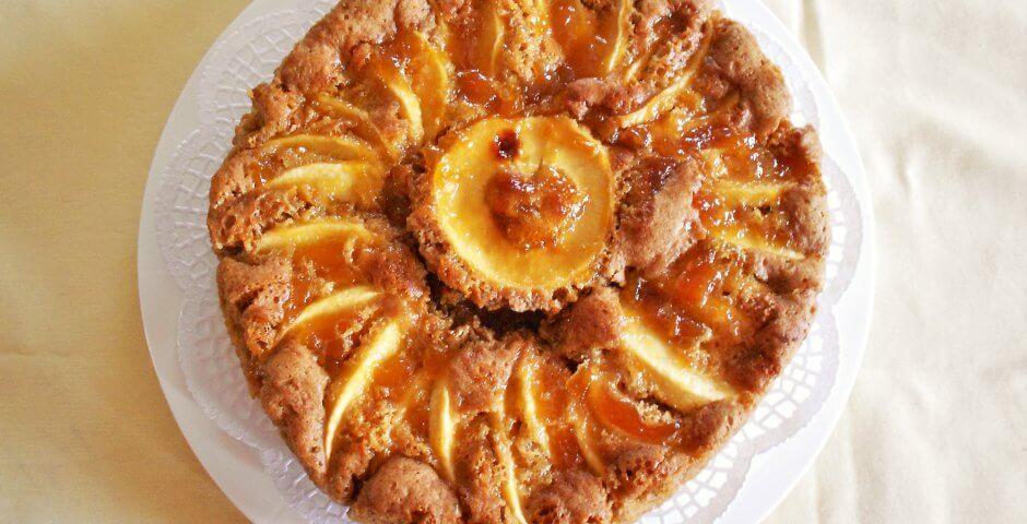 torta di mele e marmellata alle albicocche